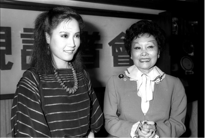 台視於1982年開拍連續劇「一千個春天」,原著作 者陳香梅(右)與女主角宋岡陵(左)見面。中央社檔案照片