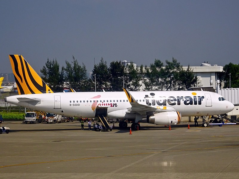 Up to 1,000 people might have been in contact with two Tigerair Taiwan flight attendants diagnosed with measles.