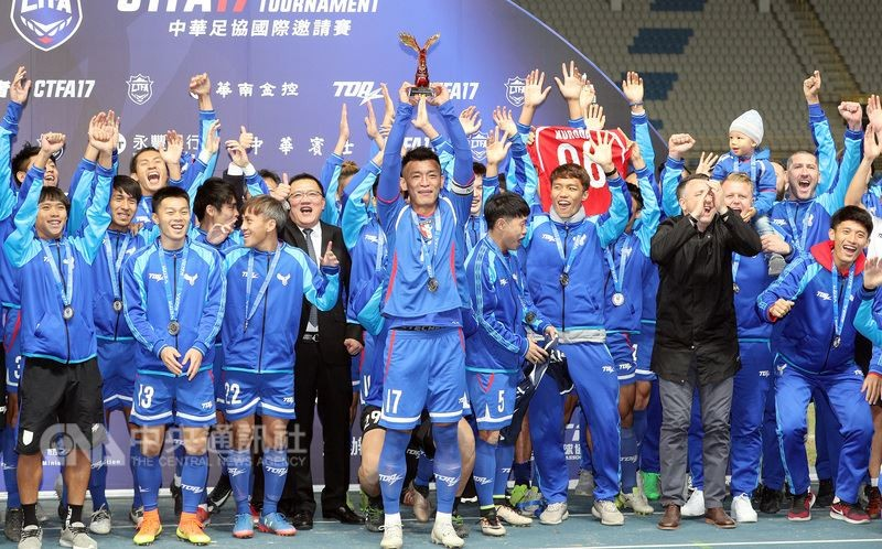 Taiwan's national soccer team and CTFA officials following last December's victory against Laos.