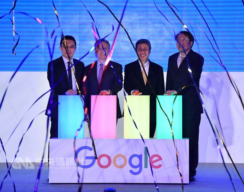 副總統陳建仁(右2)日前出席Google智慧台灣啟動大會,與Google亞太區行銷副總裁卡恩(左2)等人一同主持啟動儀式。中央社檔案照片
