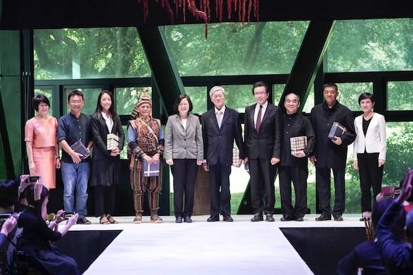 第二十屆國家文藝獎頒獎典禮,七位得主與總統蔡英文、文化部長鄭麗君、國藝會董事長林曼麗合影(照片來源:國藝會提供)