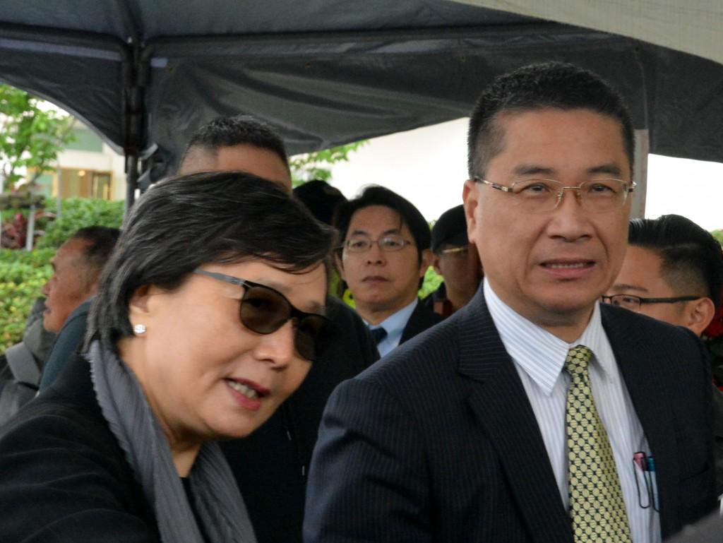 行政院發言人徐國勇(右)及鄭南榕遺孀葉菊蘭