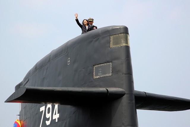 圖為總統蔡英文於2017年出席「潛艦國造設計啟動及合作備忘錄簽署」,並登上海虎軍艦向海軍官兵揮手致意(照片來源:總統府提供)
