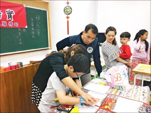 移民署宜蘭縣服務站在兒童節當天邀請新住民姐妹熱心做公益(圖片翻攝自由時報)