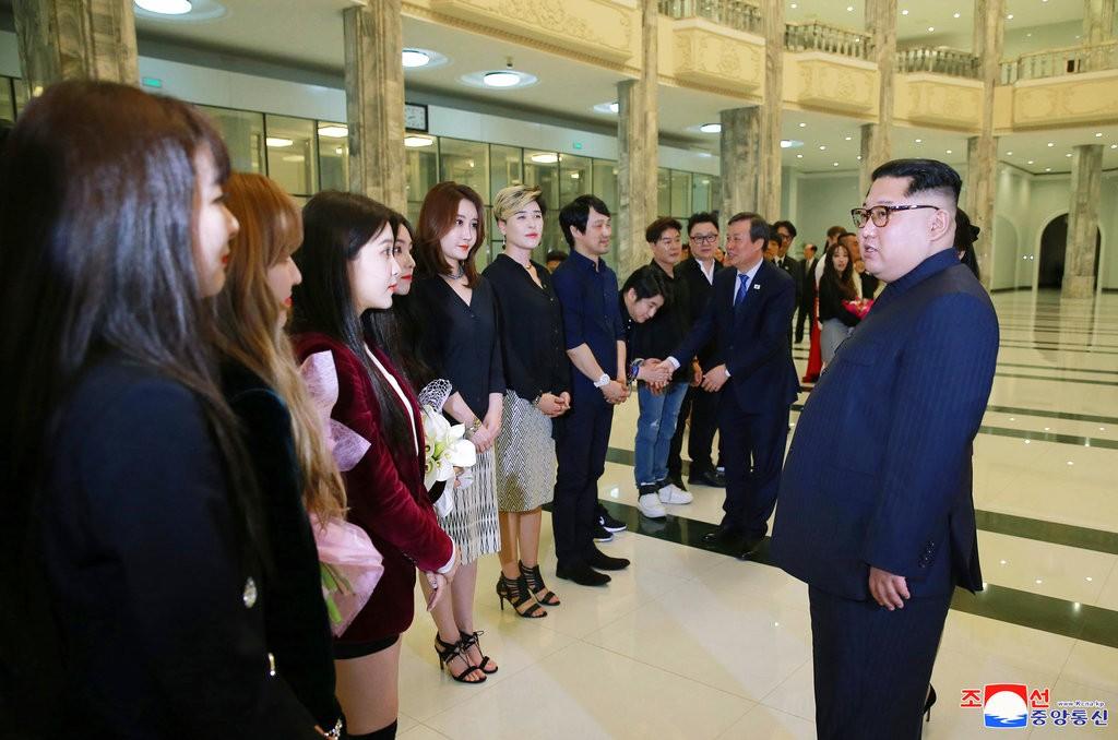 金正恩在本(4)月1日,在平壤接見南韓藝人(圖片來源:朝鮮中央通信。美聯社提供)