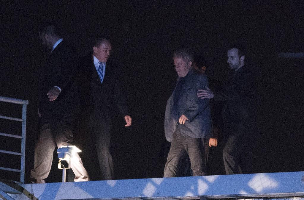 巴西前總統魯拉(右二)前往警察單位報到(圖片來源:美聯社)