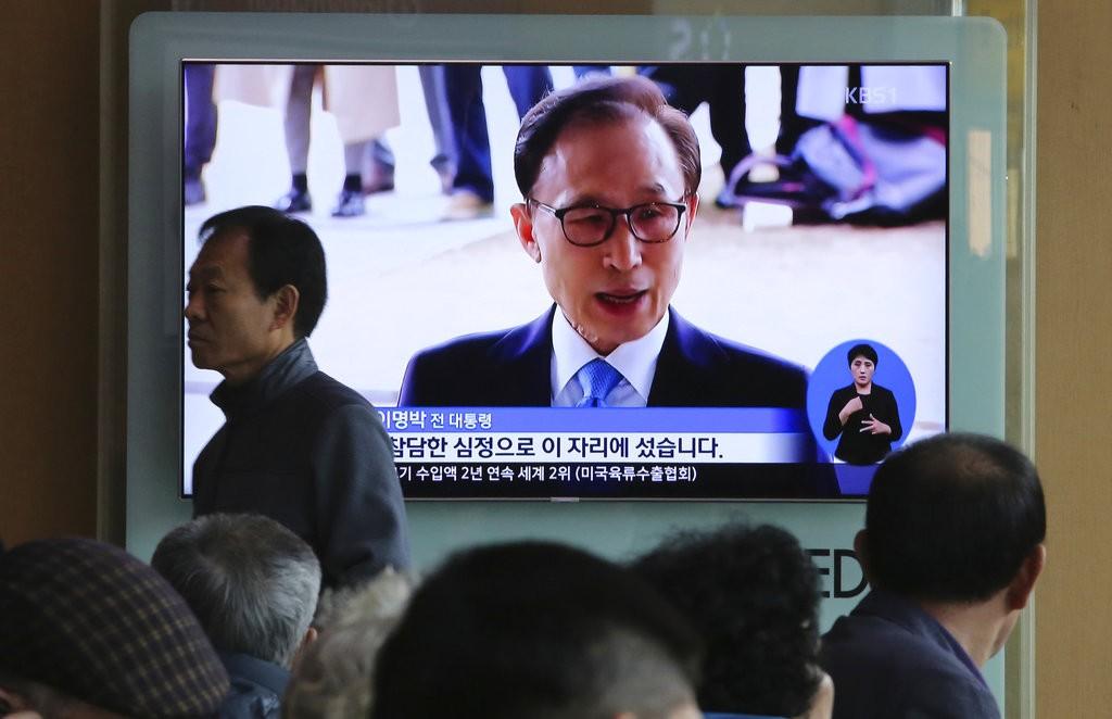 南韓電視播報李明博遭起訴之新聞(圖片來源:美聯社)