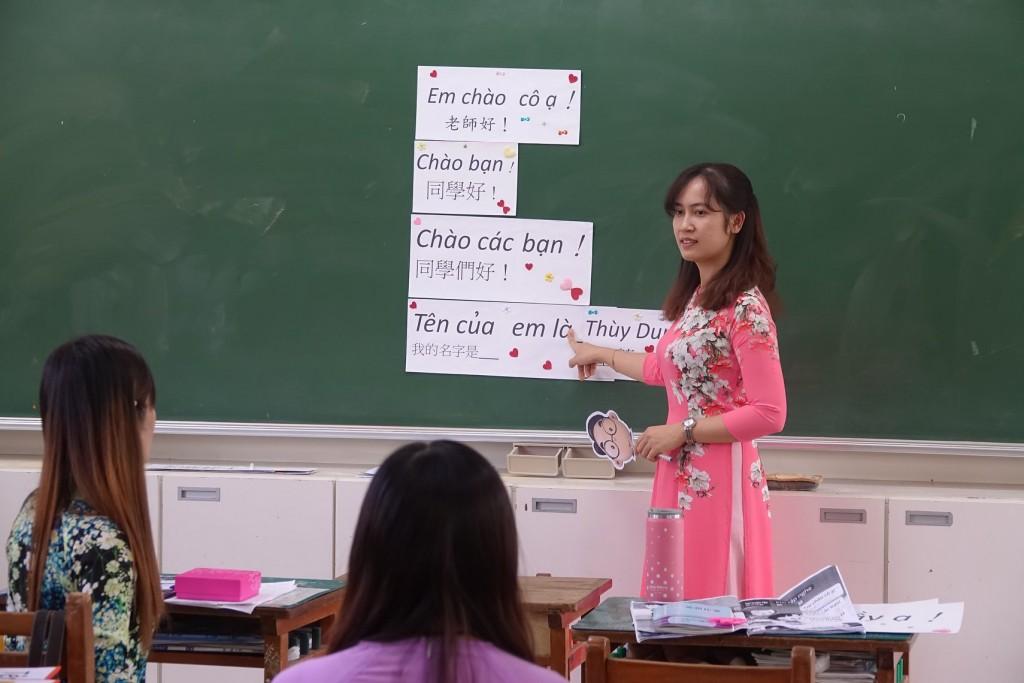 學員正在做語言教學演示(翻攝自溪口國小臉書)