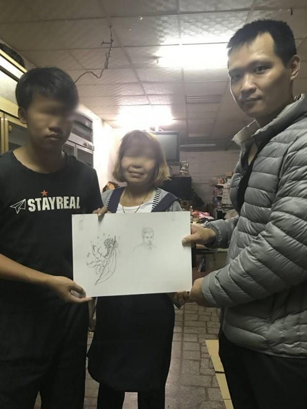 就讀廣告設計系的大兒子畫了警員藍金富的畫像,聊表感謝。(圖片翻攝)