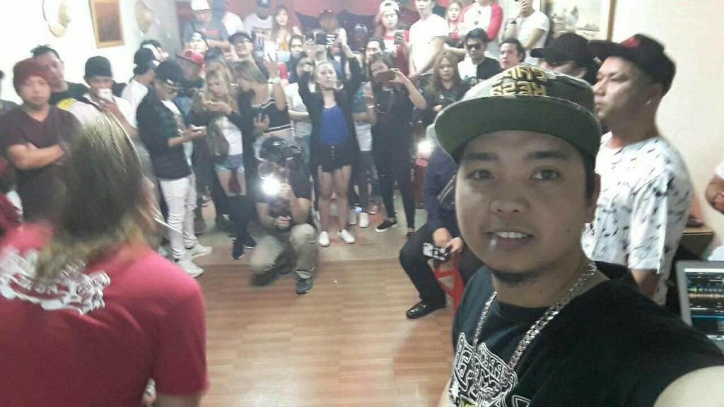 Allan Viray takes selfie with crowd. (Photo by Allan Viray)