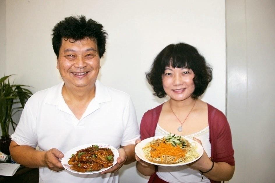 來自四川的中國新住民楊翠蘭與丈夫在彰化開川辣鳳爪店鋪(圖片翻攝自聯合新聞網)