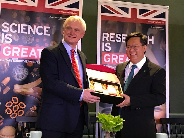 Graham Stuart, U.K. minister for investment of the Department for International Trade and Taoyuan Mayor Cheng Wen-tsan (鄭文燦)
