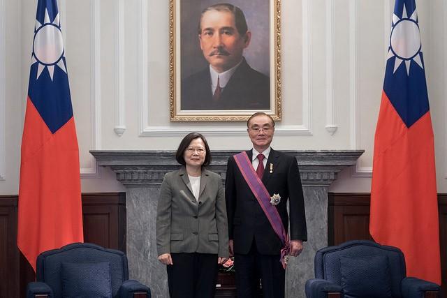 總統蔡英文贈勳前國防部長馮世寬(照片來源:總統府提供)