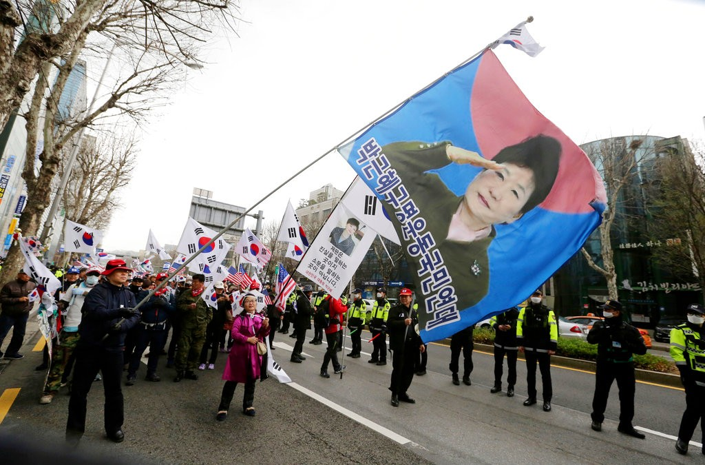 朴槿惠支持者揮舞旗幟,内容漢字為「朴槿惠救命運動國民連帶」(圖片來源:美聯社)