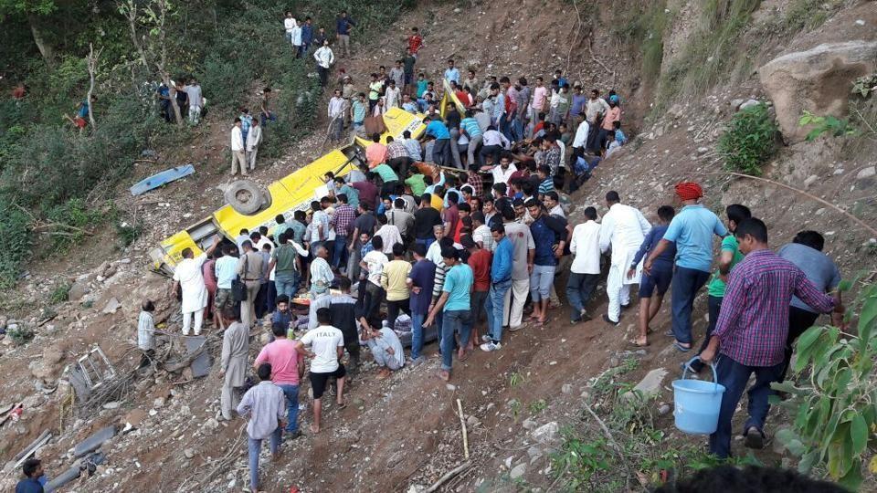 印度校車落深谷已知27死(圖片翻攝自印度時報)