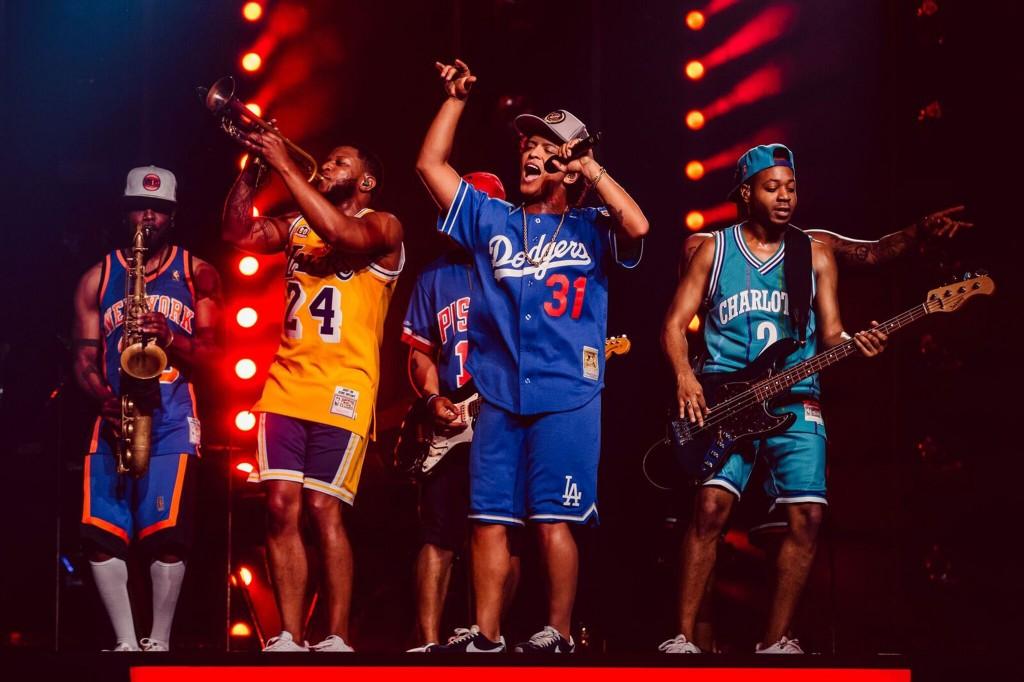 美國R&B歌手「火星人」布魯諾(Bruno Mars)(右2) 17日將二度來台演出,除了帶來全新表演內容,獨樹一 格的自創舞步也是一大看