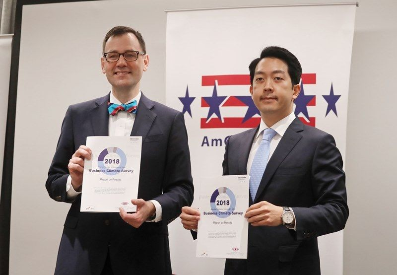 AmCham Taipei President William Foreman (left) with AmCham Taipei Chairman Albert Chang.