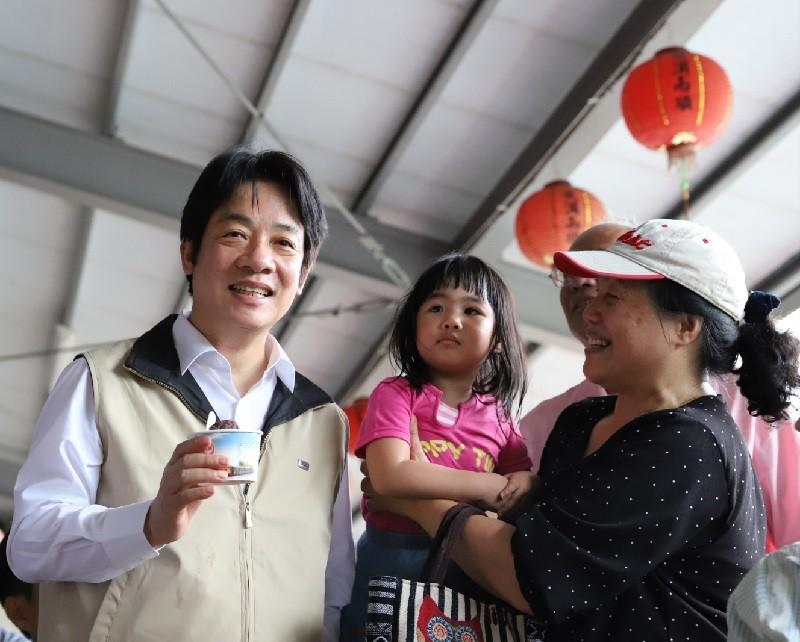 行政院長賴清德14日邀請媒體同遊花蓮2天,大啖花蓮糖廠紅豆冰,並親切與民眾合影留念,以行動力挺花蓮,促進觀光。中央社