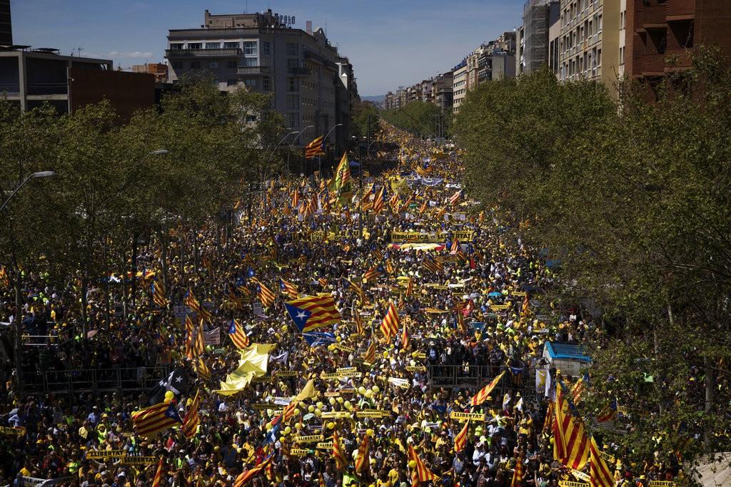 加泰隆尼亞民衆揮舞獨立旗幟示威(圖片來源:美聯社)