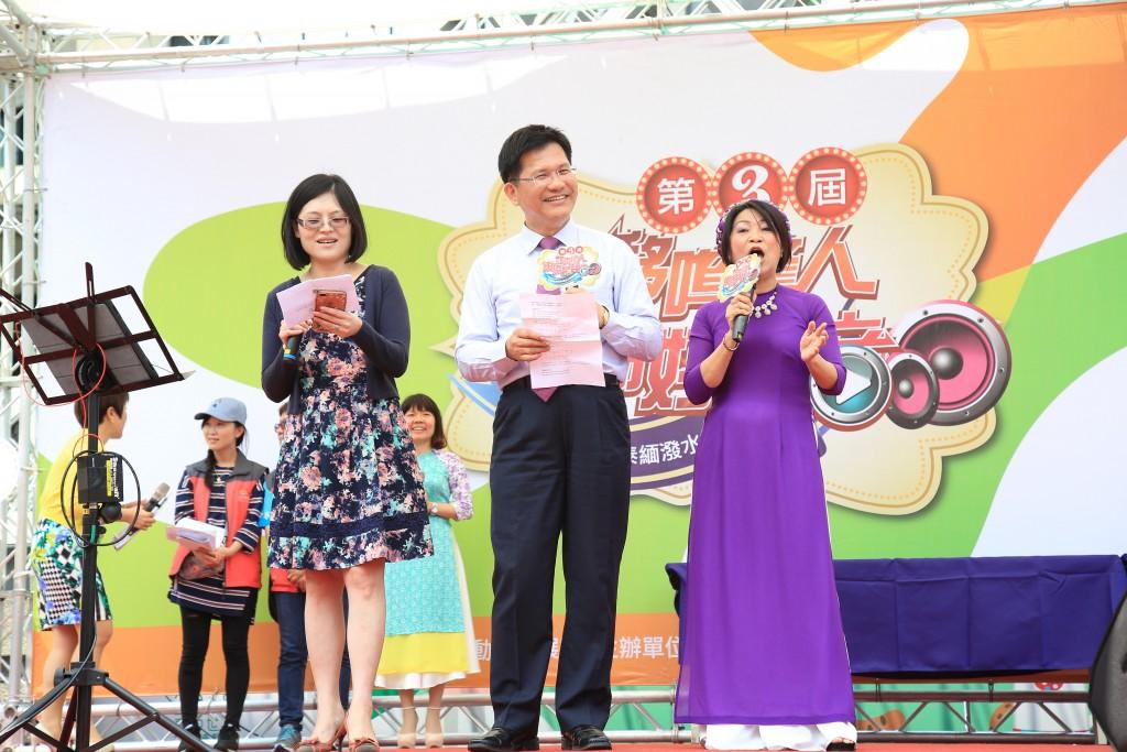 台中市長林佳龍特別上台獻唱越南歌曲,獲得全場掌聲。(圖片來源: 台中市政府提供)