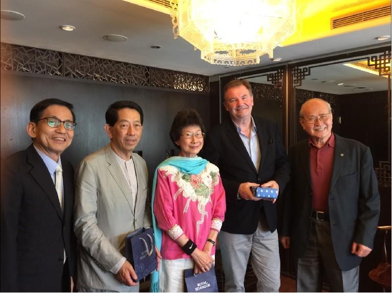 國際經濟合作協會理事長暨義美食品公司董事長高志尚(左2),與ICC營運長Philip Kucharski(右2)等人合影。國經協會提供