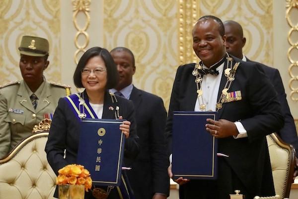總統蔡英文(左)訪問非洲友邦史瓦濟蘭,與史國國王恩史瓦帝三世(King Mswati Ⅲ)(右)會談,兩國元首並簽署聯 合公報