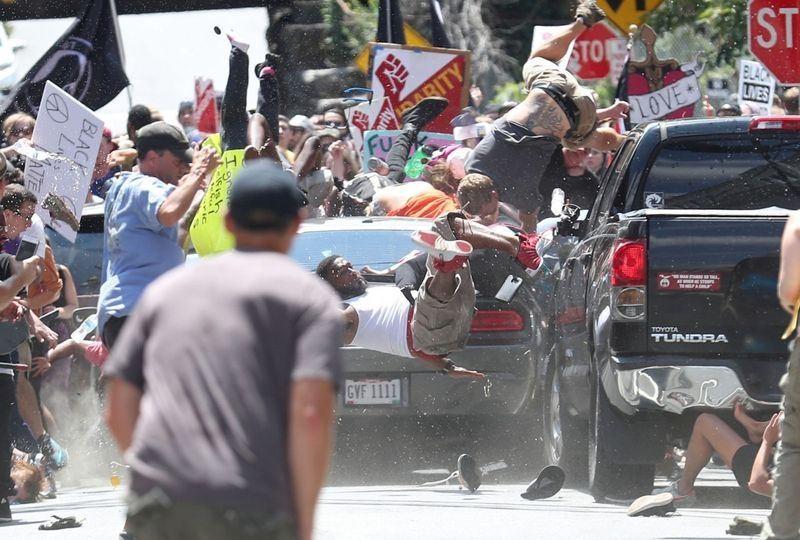 攝影記者凱利拍下維吉尼亞州車輛衝撞示威群眾的瞬間,16日獲得普立茲攝影獎殊榮。(圖取自普立茲網頁http://www.pulitzer.o...
