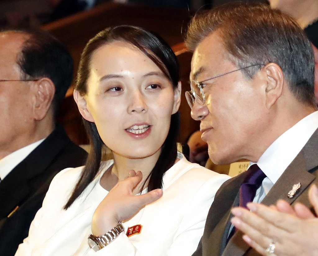 金正恩妹妹金與正(左)與南韓總統文在寅之資料照(圖片來源:美聯社)