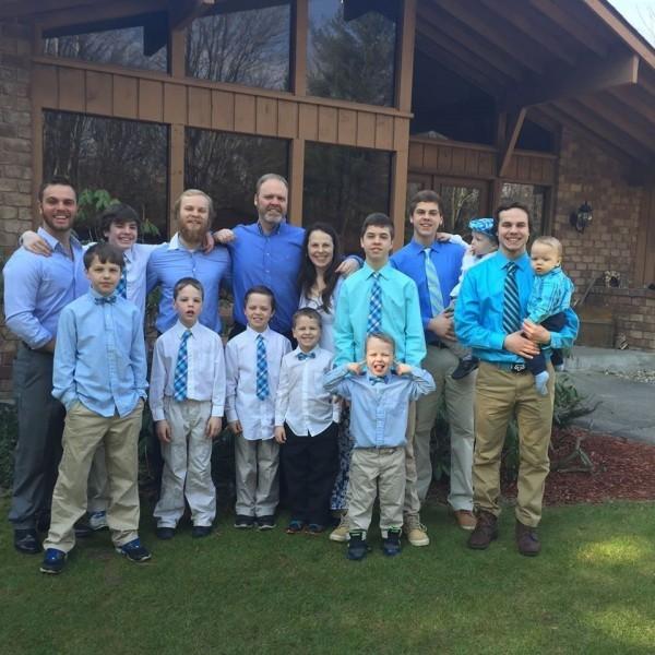史萬特夫婦育有14個兒子。(圖片翻攝自Jay Schwandt的臉書)