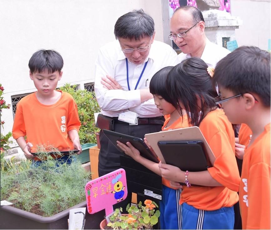台北市長柯文哲(左二)昨至社子島的富安國小參訪 (翻攝官方臉書)