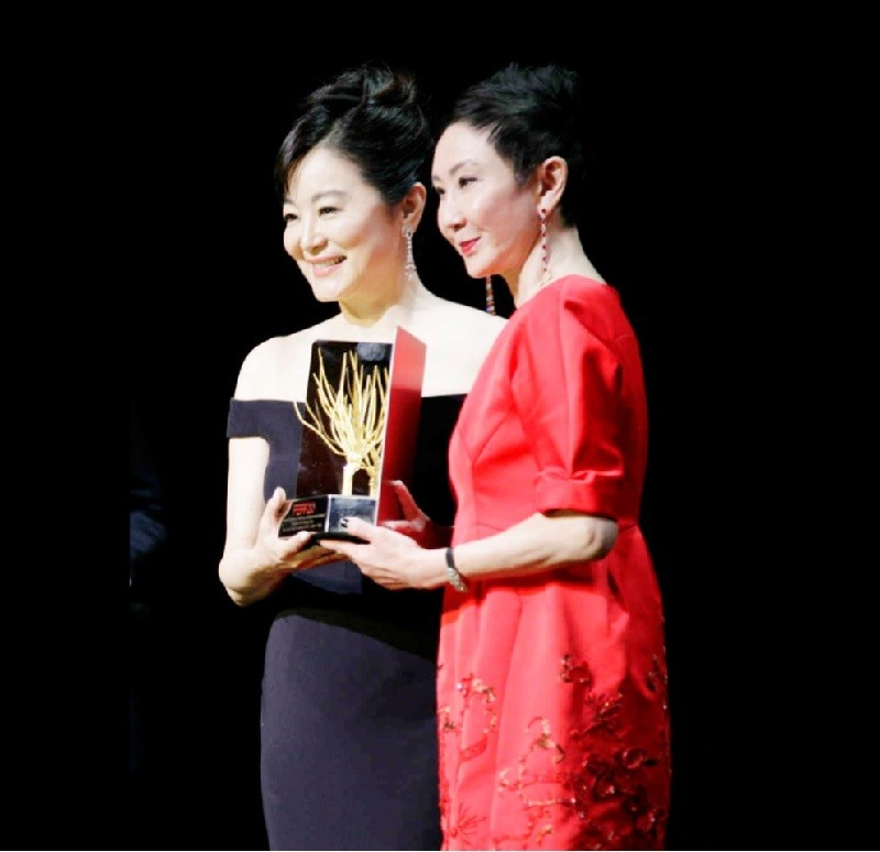 女星林青霞(左)獲頒義大利遠東電影節「終身成就金 桑獎」,由資深電影人好友施南生(右)親手頒發獎座 。中央社