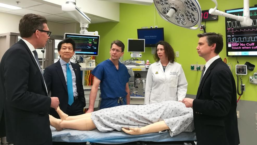 李為平(左2)與約翰霍普金斯大學醫療團隊 (翻攝自Katu.com)