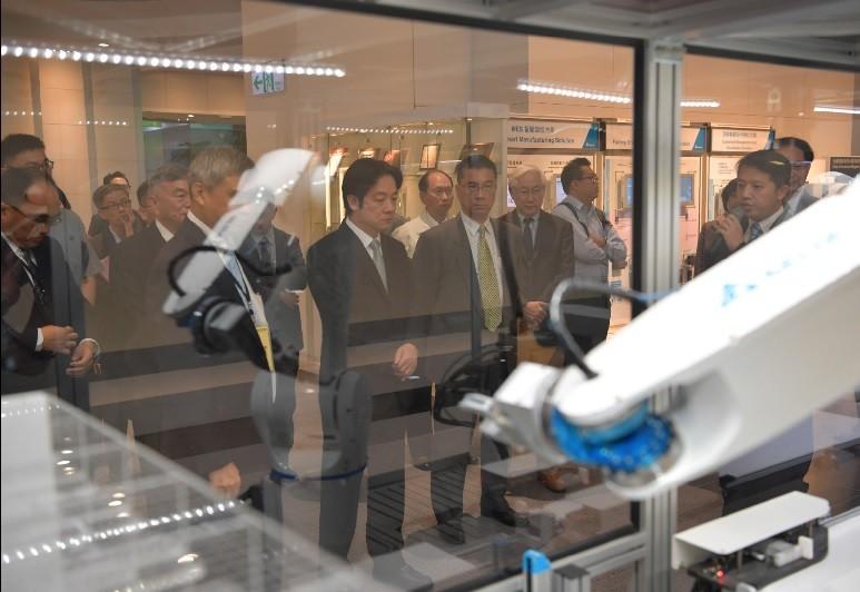 行政院長賴清德24日前往位於桃園的台達電研發中心參訪,並與科技業者座談。這是賴清德產業之旅的第二站。中央社