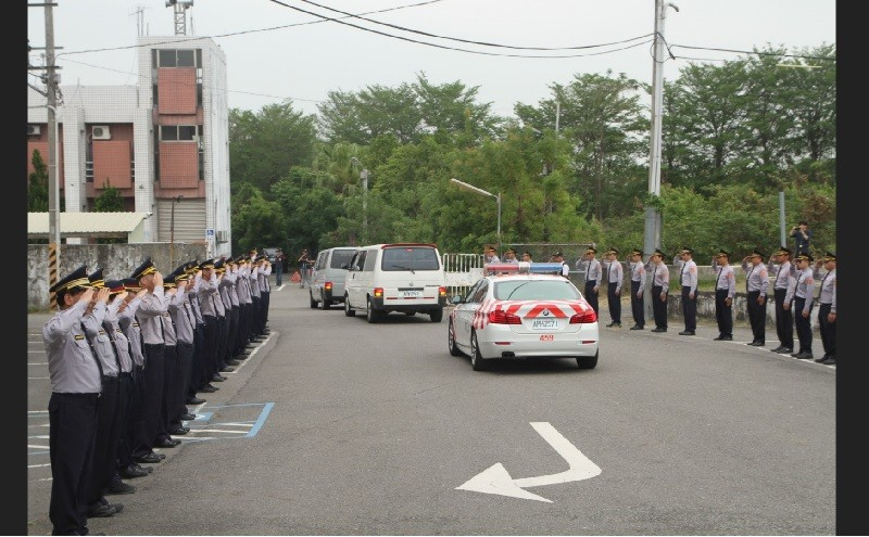 移靈車隊25日繞行至兩名員警所屬的新市分隊,上百名同事列隊行禮。中央社