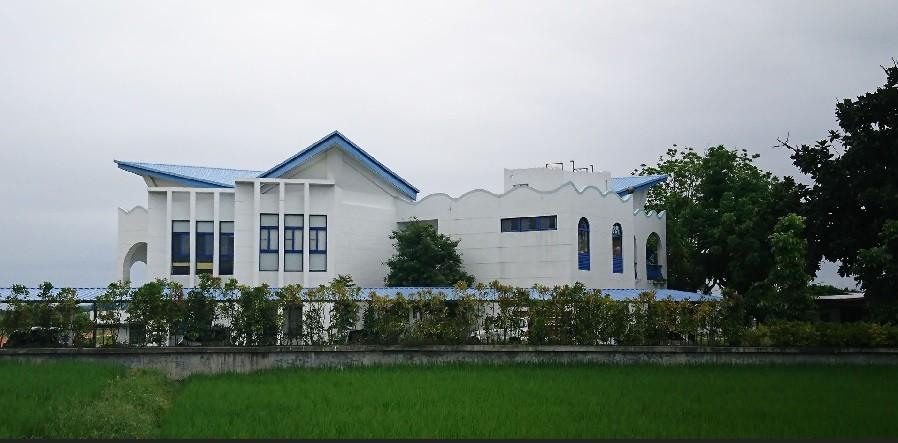 台東市豐源國小,外觀白牆藍瓦的建築,搭配教堂式窗櫺,是全台獨有的藍白歐式建築小學。中央社