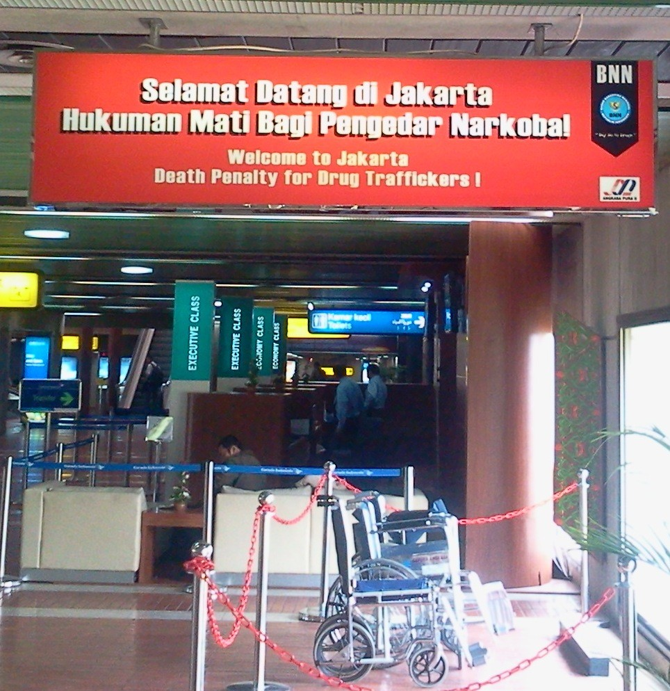 A sign warning travelers arriving in Jakarta of the death penalty for drugs. (photo courtesy of Serenity).