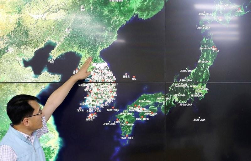 韓國地震與火山監測人員柳勇奎去年分析北韓核試造成的地震(美聯社)
