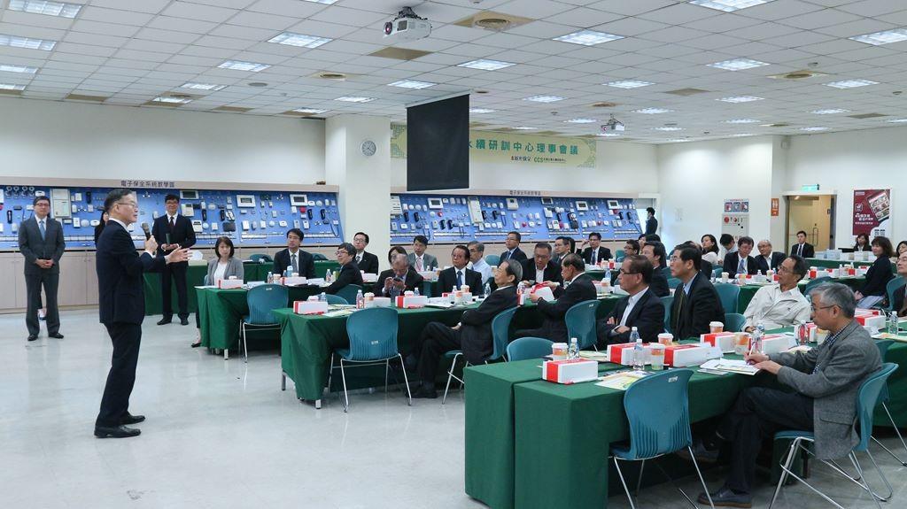 簡又新理事長向理事與理事代表進行說明 (照片由台灣永續能源研究基金會提供)