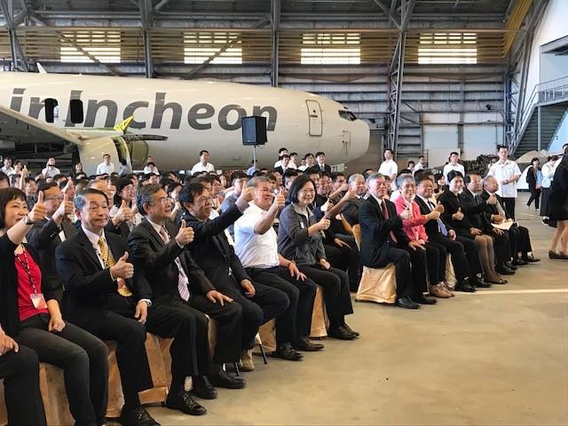 總統蔡英文、經濟部長沈榮津、亞航公司董事長與亞航新進員工合影(照片來源:鄧佩儒攝)