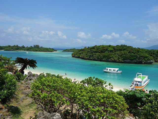 Kabira Bay, Ishigaki, Okinawa (Image from Flickr user Kaeko)