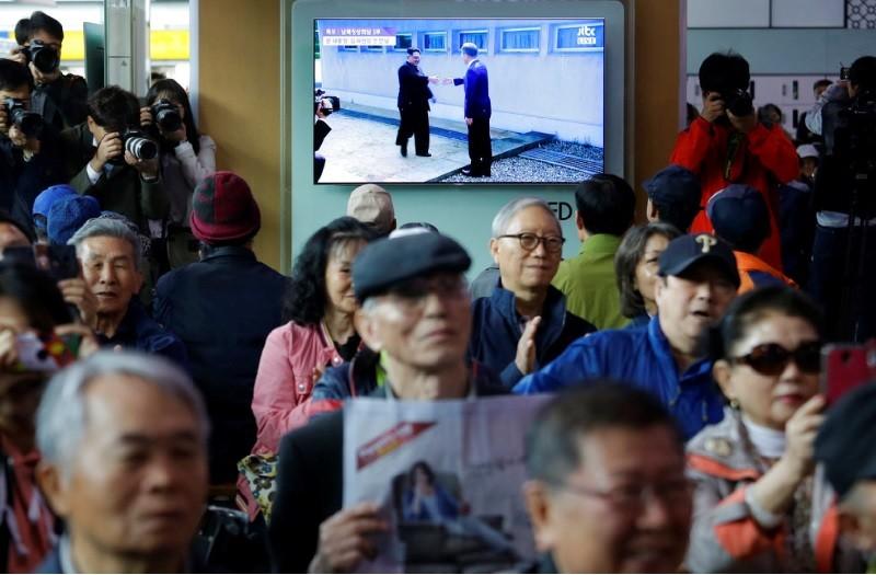 南韓民眾聚精會神關注金正恩與文在寅的歷史性高峰會  (美聯社)