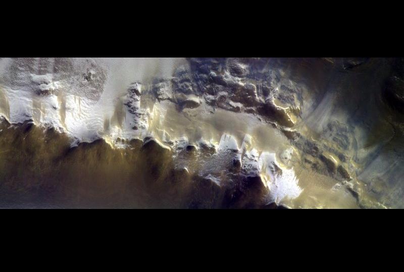 冰霜覆蓋的火星撞擊坑影像(圖/美聯社)