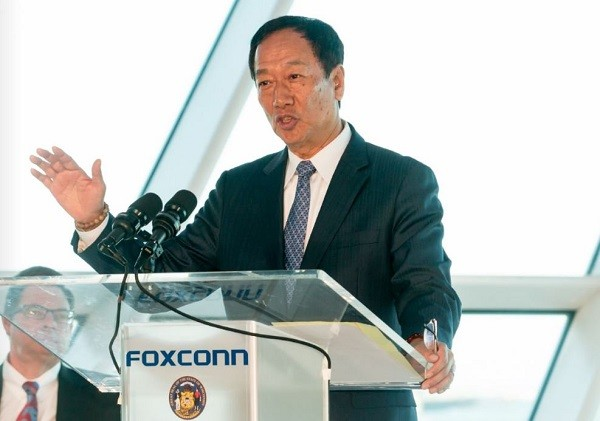 Terry Gou, CEO of Foxconn speaking in Wisconsin last year (Image from WEDC Twitter)