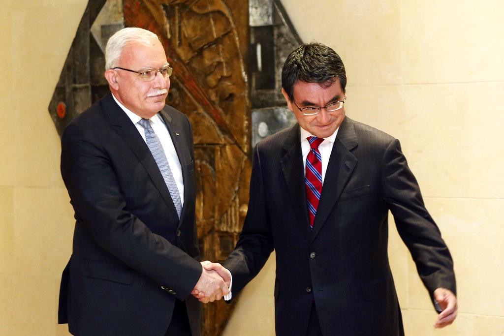 巴勒斯坦外長Riyad al-Maliki(左)與日本外務大臣河野太郎(美聯社)