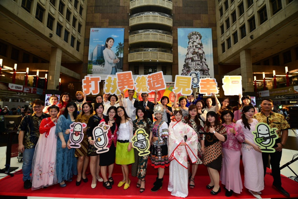 國立教育廣播電台29日在台北火車站一樓大廳舉辦「打拼異鄉·遇見幸福」活動,現場吸引許多新住民及移工朋友參加(圖片來源:國立教育電台提供)