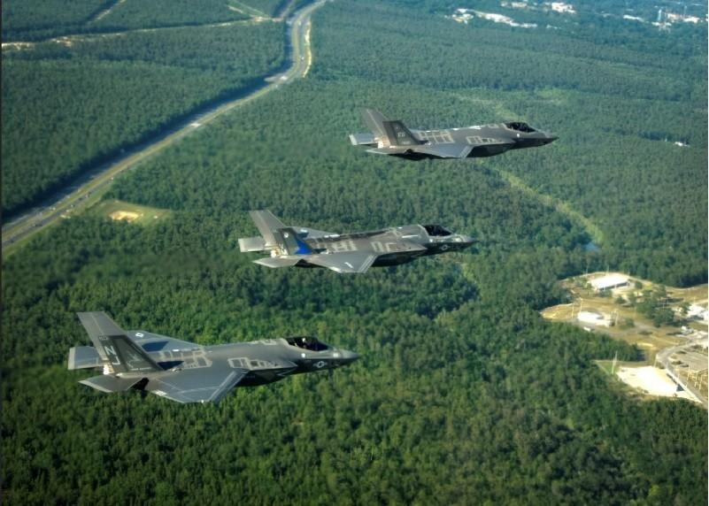 本圖從上到下分別是F-35A、F-35B和F-35C戰機。翻攝維基共享資源(https://bit.ly/2jid4kw)