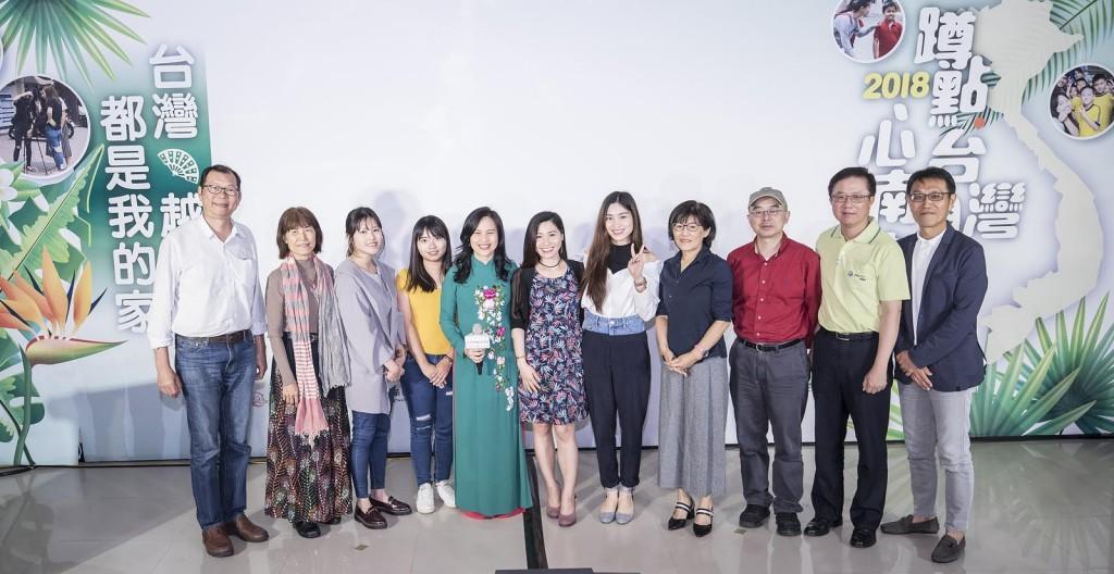 中華電信基金會董事、阮安妮(圖中)、蹲點學生,共同參與蹲點台灣心南向分享會(中華電信基金會提供)