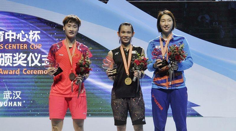 Taiwan's Tai Tzu-ying (center) displays her championship trophy alongside runner-up Chen Yufei (left) of mainland China and bronze medalist Sung Ji-hy...