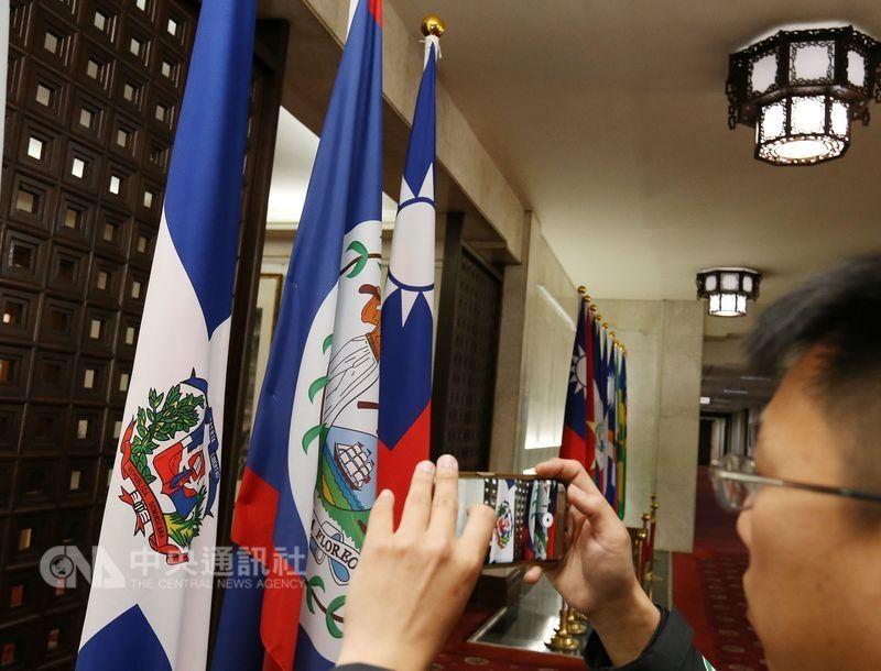 圖為外交部大廳的多明尼加共和國旗幟(左)。中央社
