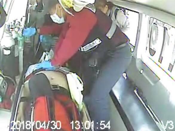 一名63歲蘇姓遊客到澎湖遊玩突發心肌梗塞,一位休假的替代役男加入CPR救援,直至救護車到達。(翻攝自潘師典醫師臉書)